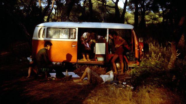Die ganze Crew lungert um den Bus herum -  im Wald am Meer bei Kaiafas